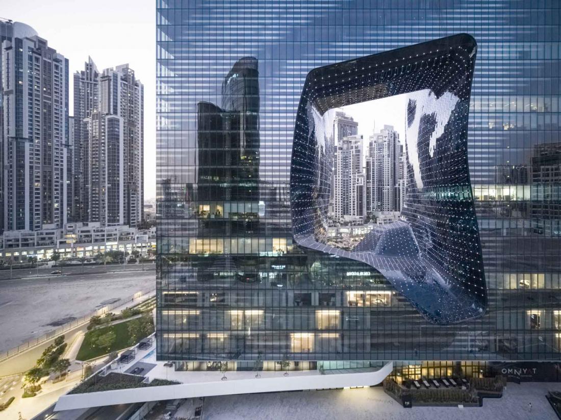 Les lignes fluides du bâtiment Opus, à quelques minutes du Burj Khalifa