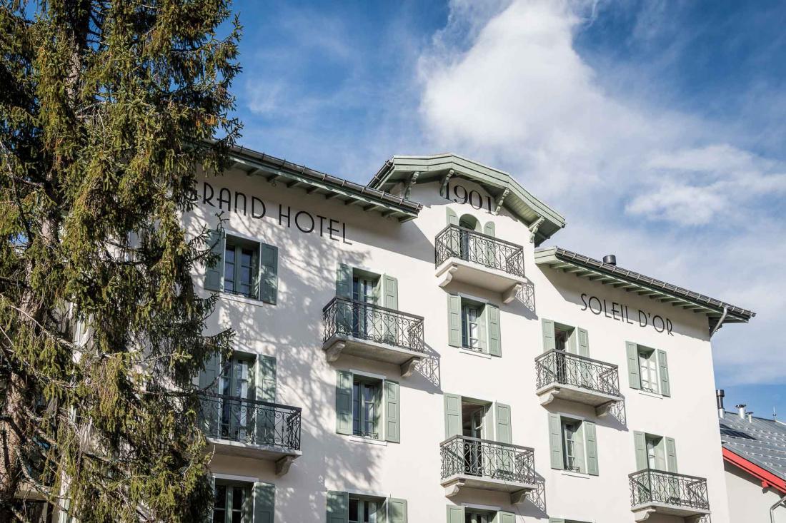 Le Grand Hôtel du Soleil d'Or se trouve à quelques minutes du centre du village, face aux montagnes