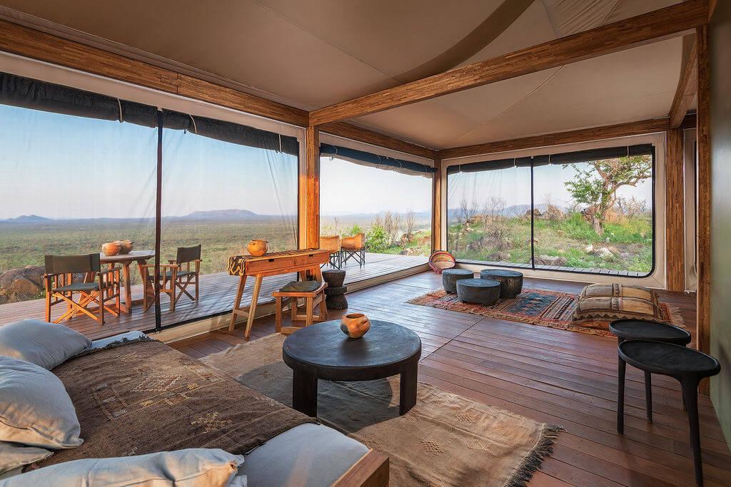 Le vaste salon des Safari Suites fait entrer l'extérieur à l'intérieur et donne le sentiment de camper en pleine nature