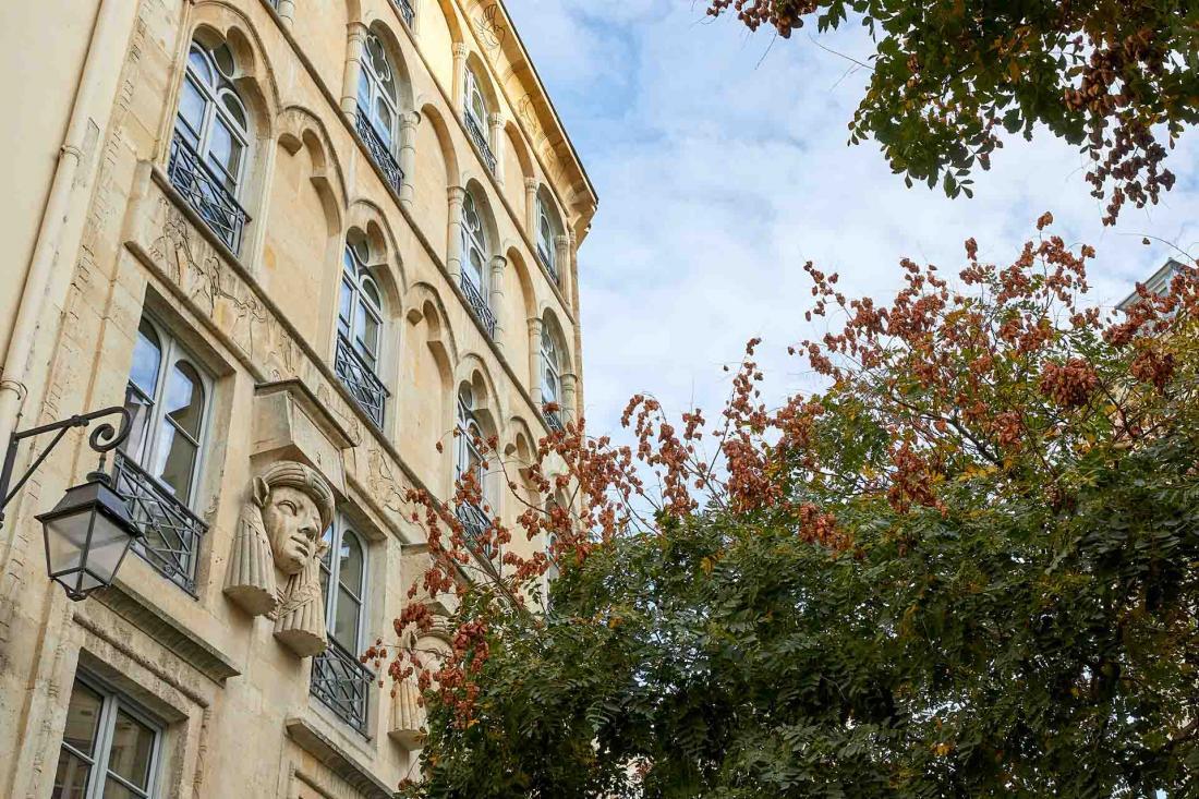 La façade de l'hôtel construite en 1826 est classée aux Monuments Historiques