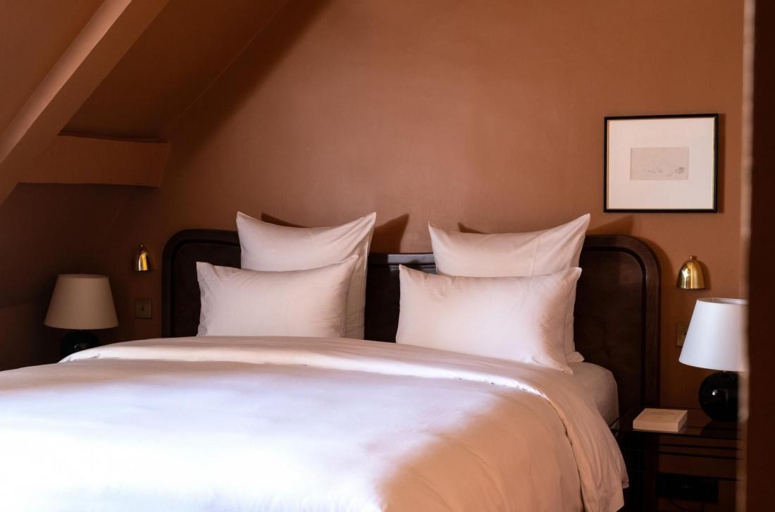Têtes de lit en bois de loupe, rouge passé, atmosphère feutrée dans les 120 chambres