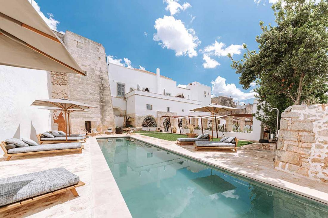 L'hôtel est le seul au centre-ville à posséder un jardin et une piscine