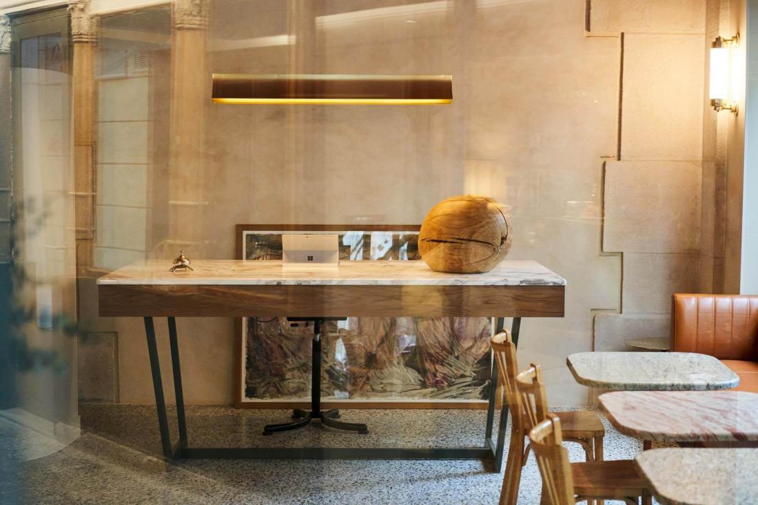 Une réception en toute simplicité où prendre un café le temps de consulter un plan
