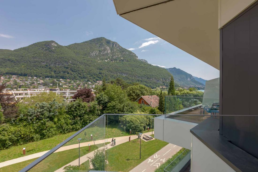 Au choix, terrasses avec vue sur les montagnes ou sur le lac