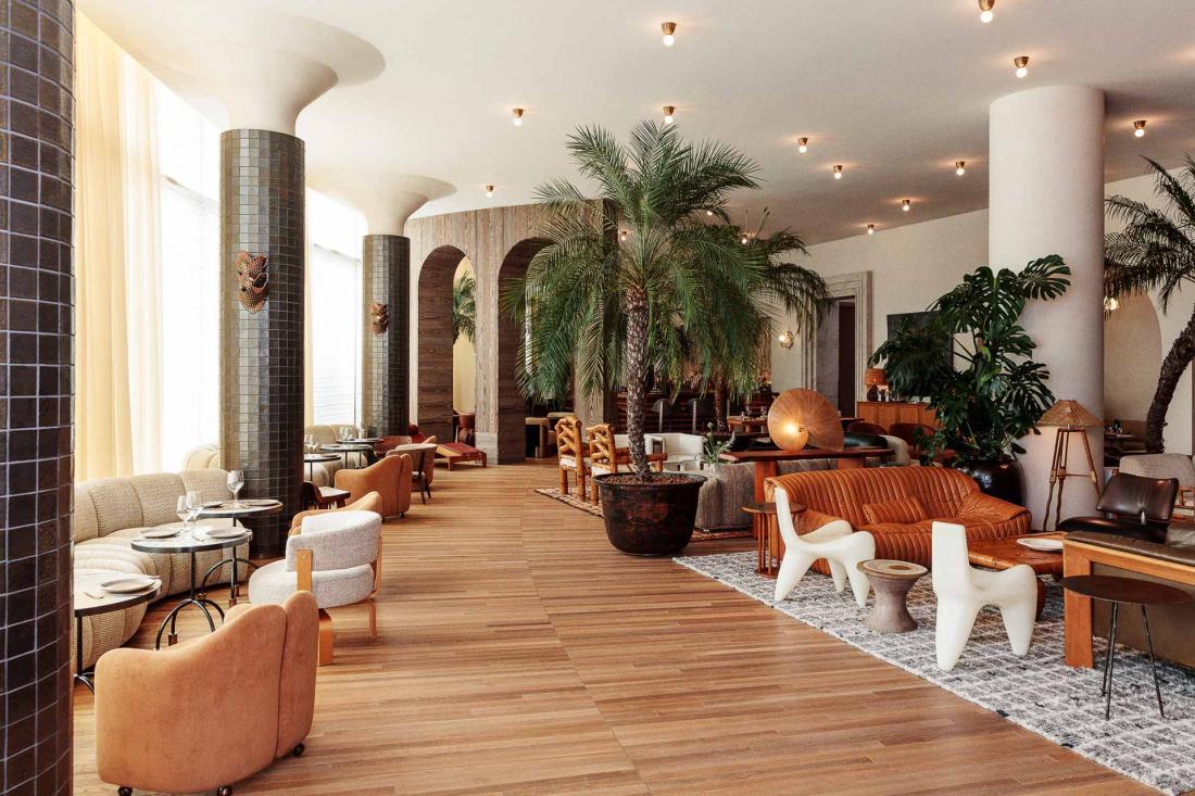 Juste à côté du lobby, le lounge Palma est un joyeux patchwork de matières naturelles et de couleurs