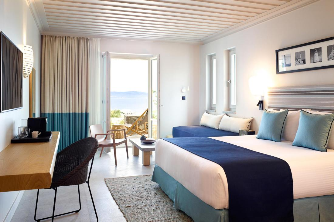 Cette Junior Suite avec vue sur mer peut accueillir jusqu'à 3 personnes et possèd un balcon privé