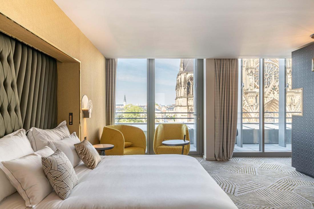 Les suites Skyline doubles sont meublées avec sobriété et laissent le regard se tourner vers l'extérieur.