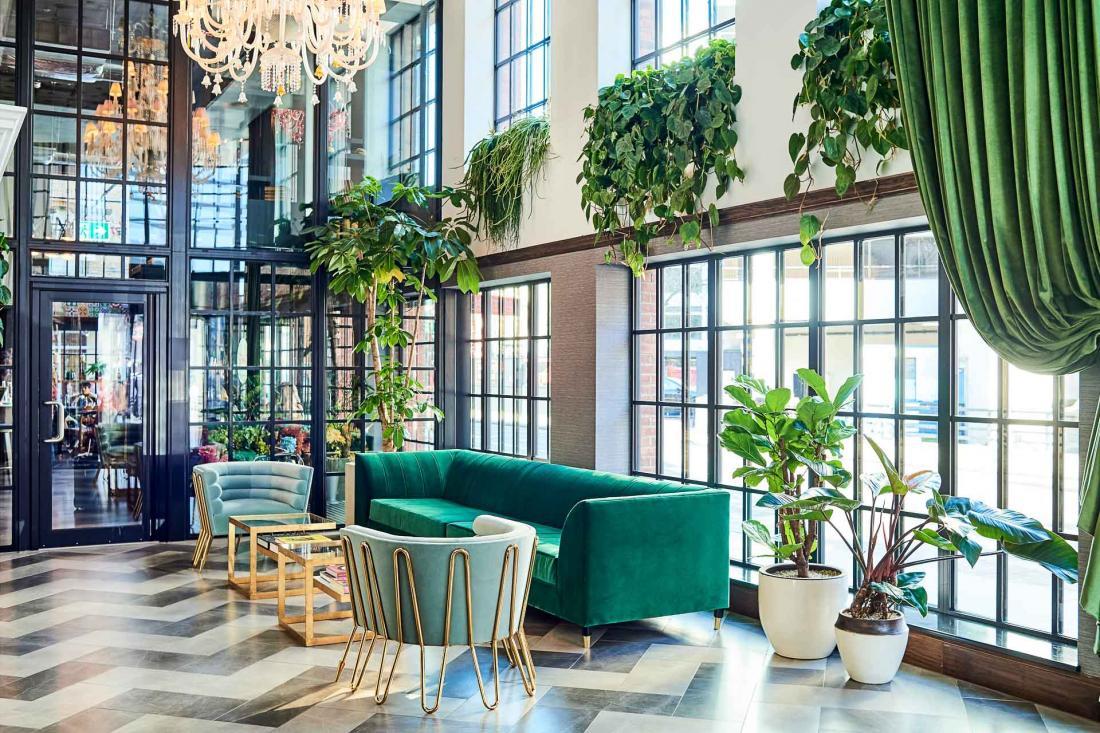 Les hôtes sont accueillis dans un lobby aéré, lumineux et végétalisé avec goût.