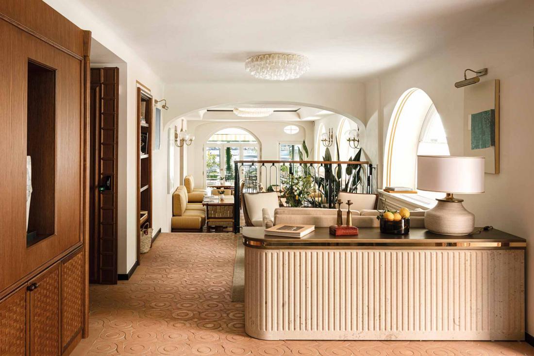 Le sol du lobby réalisé par des artisans locaux est composé de 7000 carreaux de terre cuite posés à la main