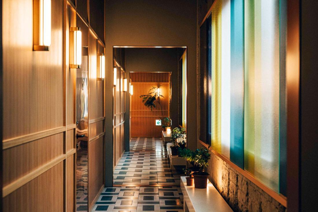 L'arrière de l'hôtel faisant face à une autoroute, les designers se sont inspirés des phares des voitures pour teinter les vitres et créer un effet de kaléidoscope
