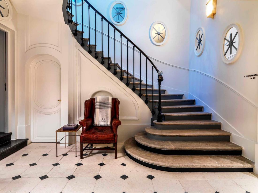 L'escalier qui mène aux chambres nous ramène au milieu du XIXe siècle, quand Alphonse de Lamartine vécut en ces lieux