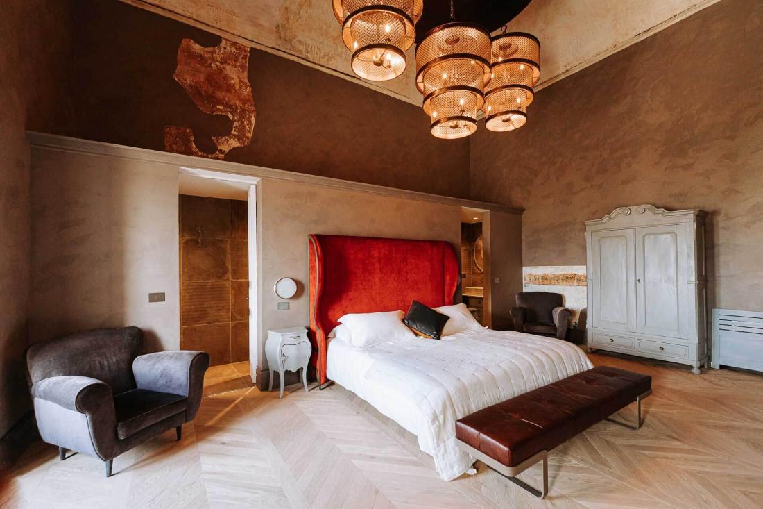 Les couleurs sombres et chaudes des chambres contrastent avec les façades blanches du village