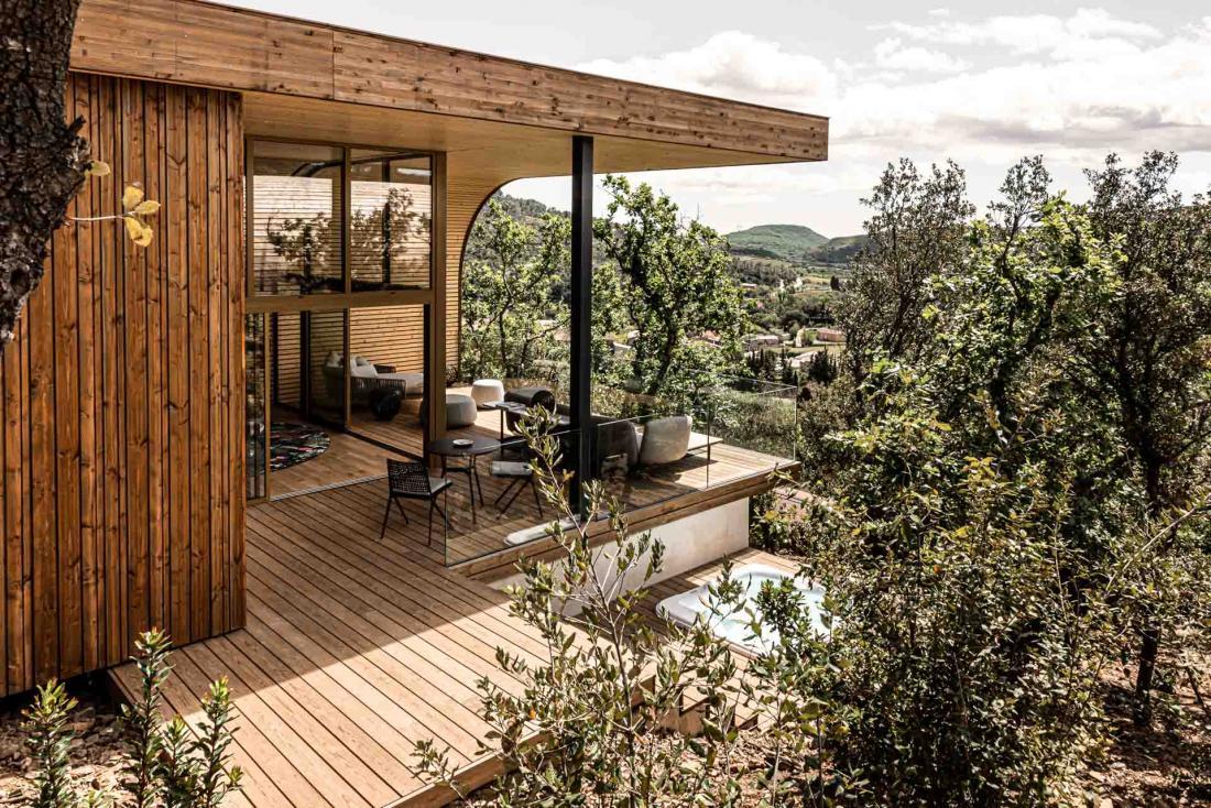 Un jacuzzi privé en contrebas de la terrasse complète l'expérience