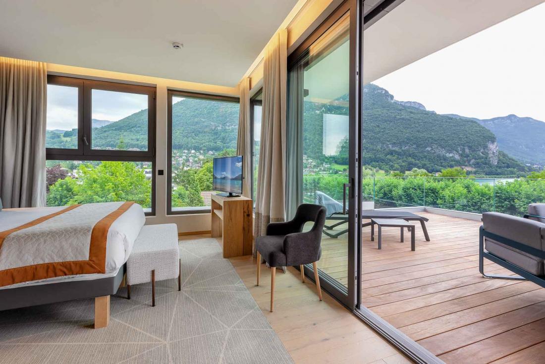 Certaines chambres sont prolongées d'une grande terrasse avec canapés et transats