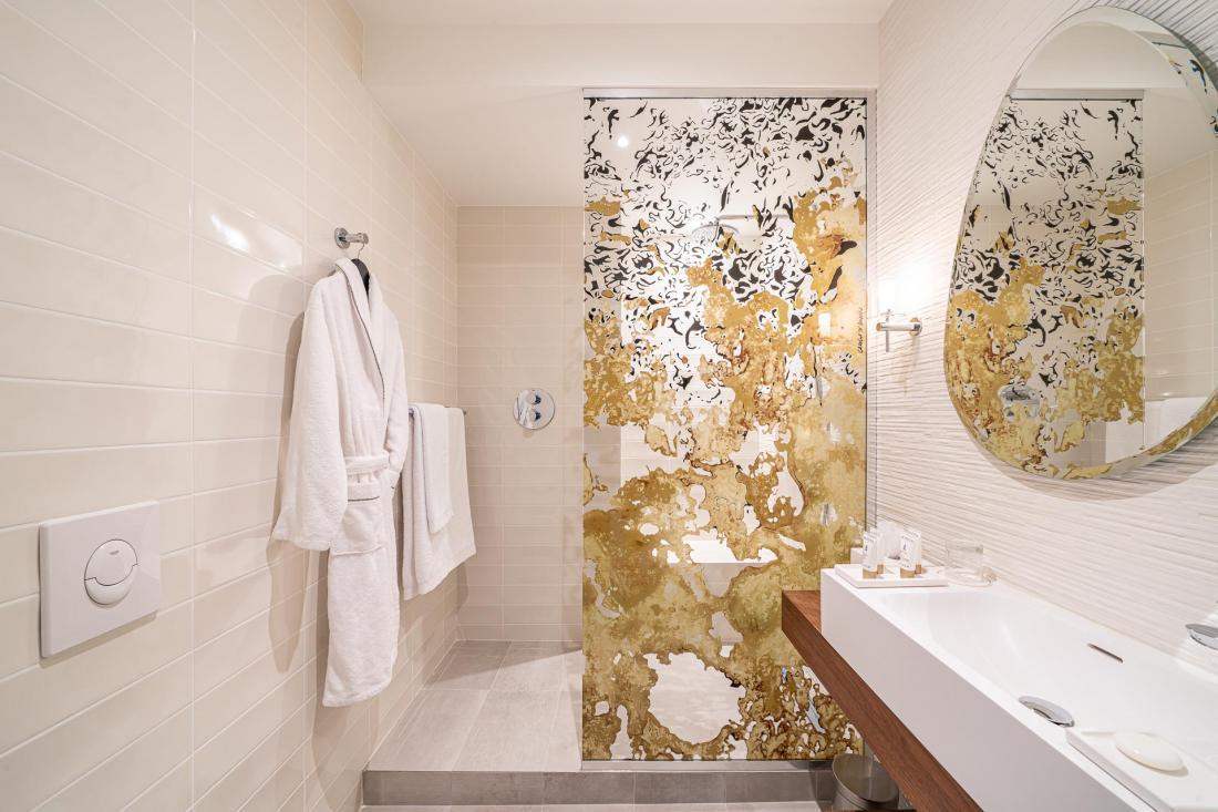Les salles de bain se prolongent au spa, avec piscine à débordement, sauna, hammam, douche avec seau cascade et salle de fitness.
