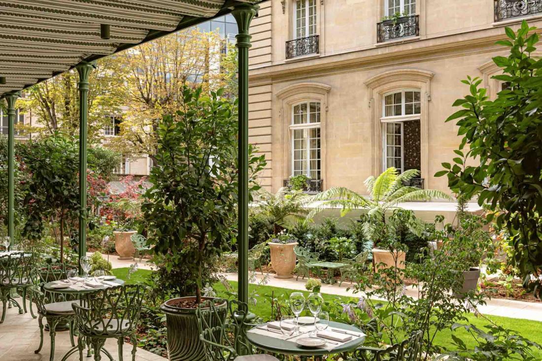 Les jardins à l'arrière sont désormais en fleur toute l'année grâce au paysagiste Xavier de Chirac
