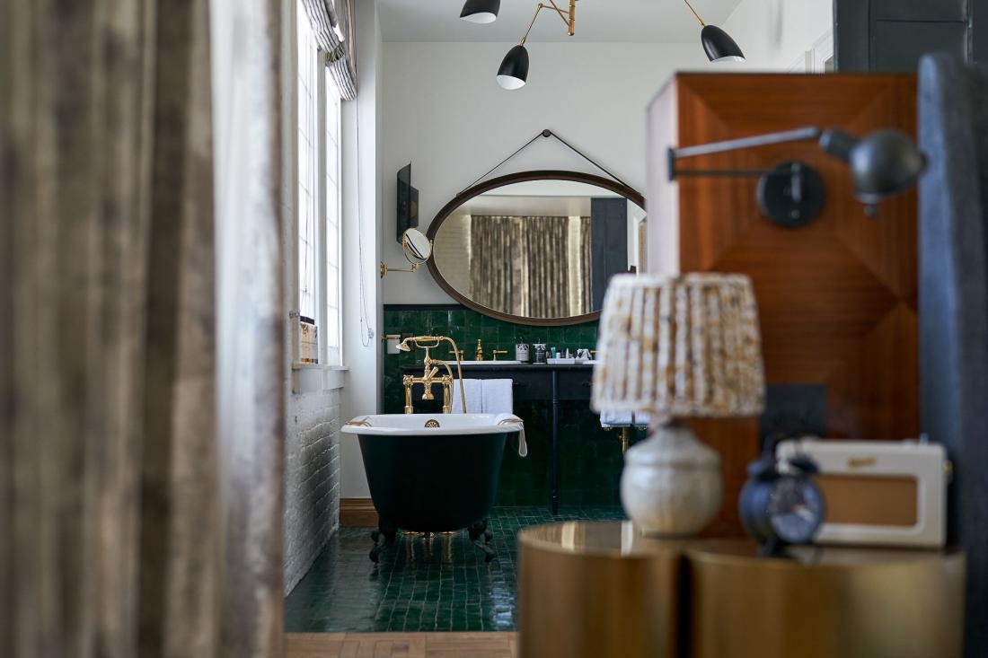 Les 48 chambres rappellent des lofts d'artistes lumineux et hauts de plafond.