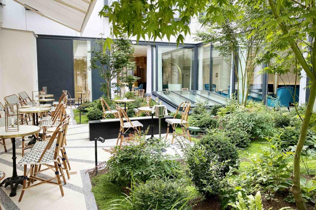 Le patio abrite une terrasse avec jardin, dont on profite même depuis les chambres