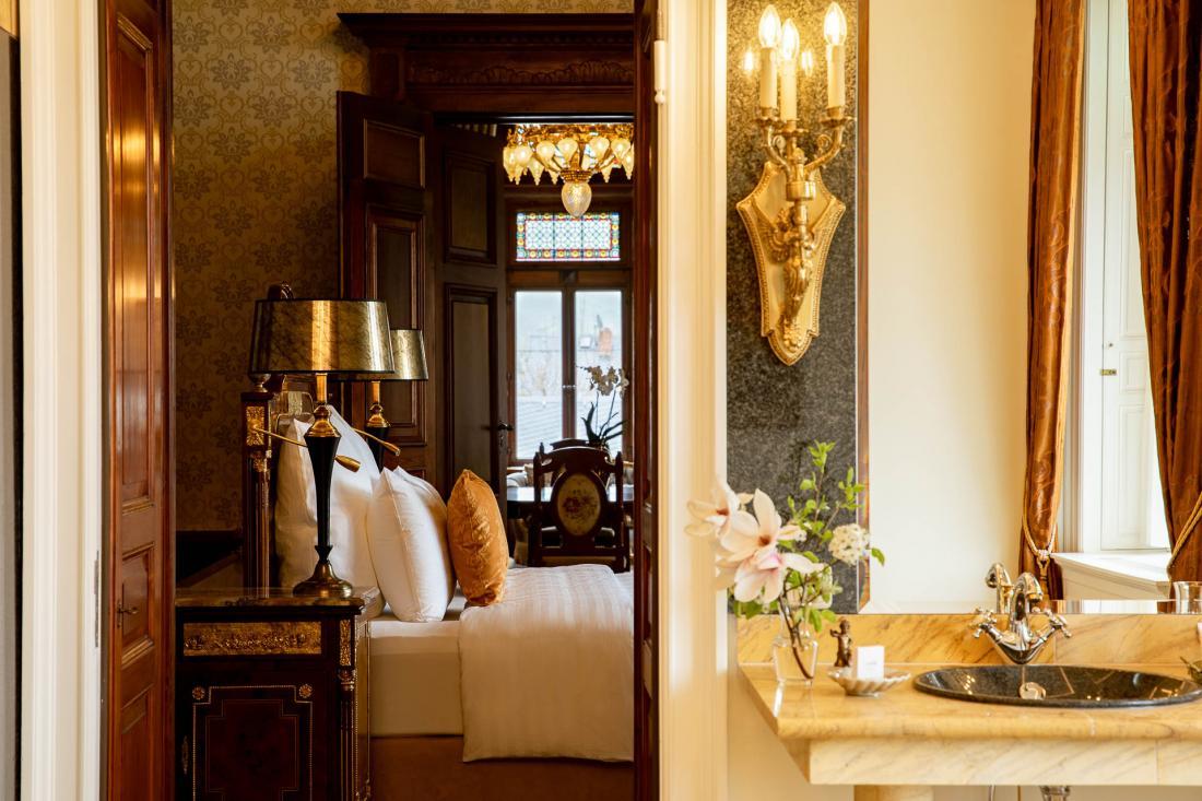 L'hôtel s'enracine dans la tradition allemande avec boiseries, style classique, bibliothèque et « salle de chasse ».