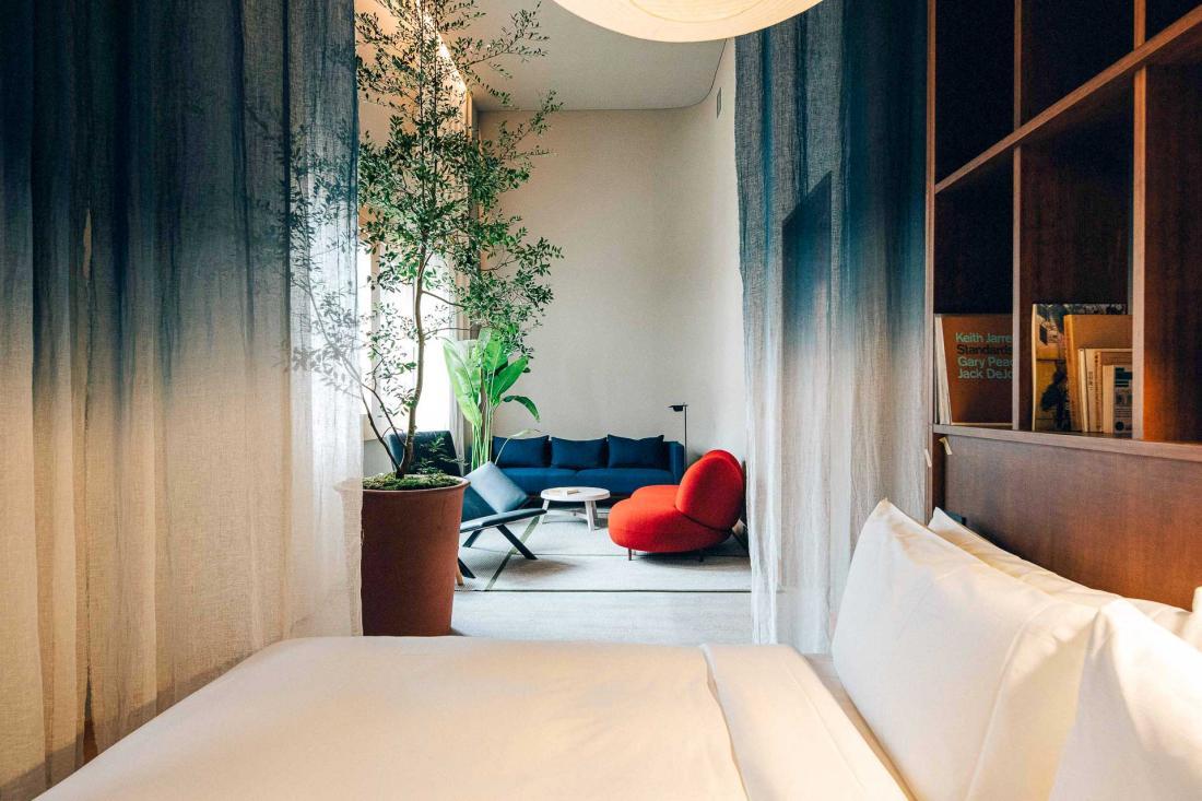 Chaque chambre possède ses lits sur mesure avec bureau et étagères intégrées