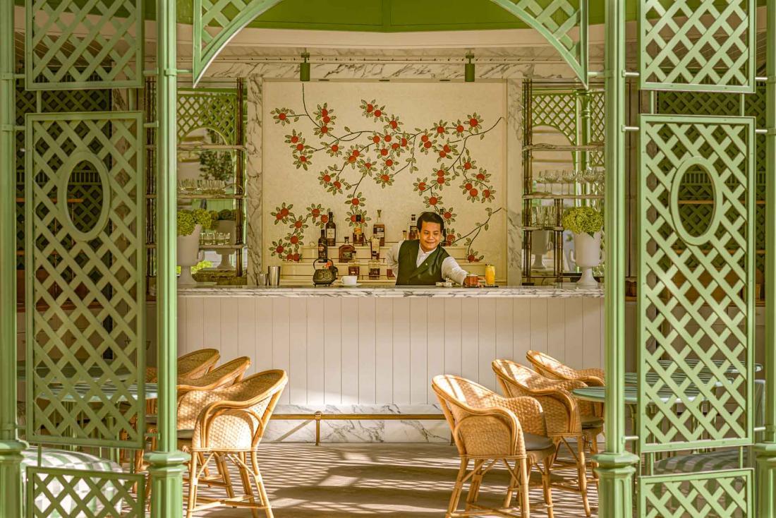 Le bar sous la gloriette en été