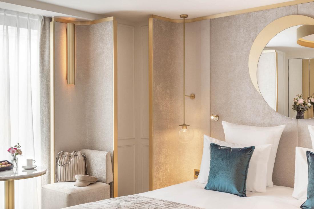 Dans les chambres : mobilier aux lignes harmonieuses, tissus variés et touches de vert émeraude