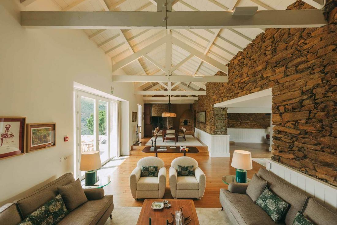 Les hôtes profitent de salons communs avec cheminée et balcons sur la vallée