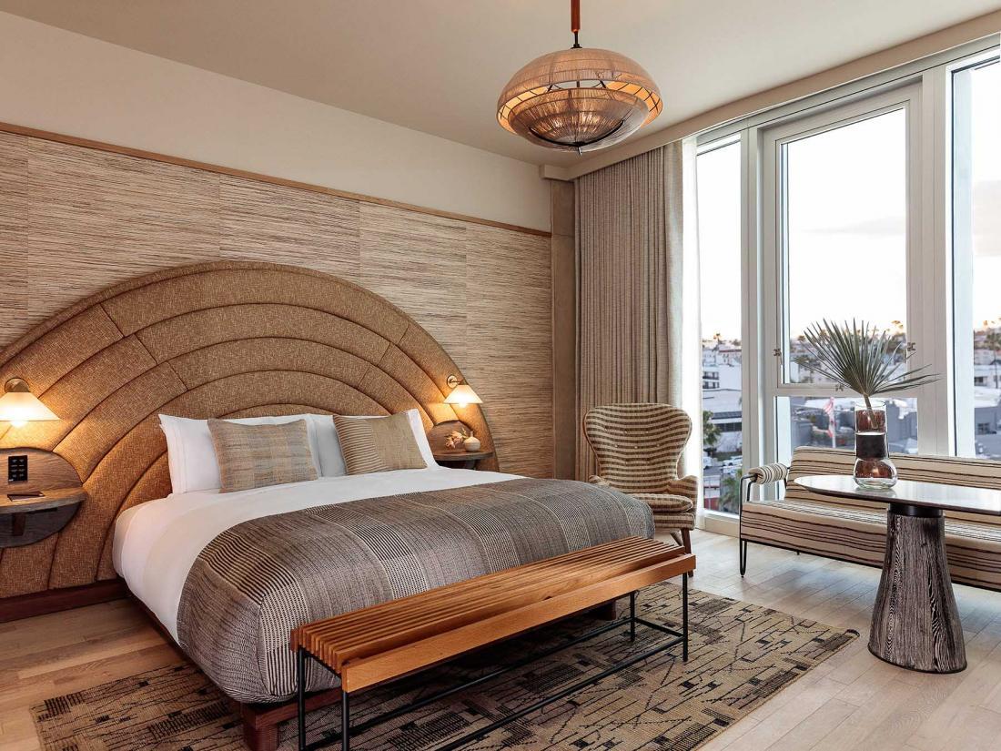 Mobilier design et touches art déco dans les chambres claires, dont les portes peuvent s'ouvrir grâce à une application sur mobile
