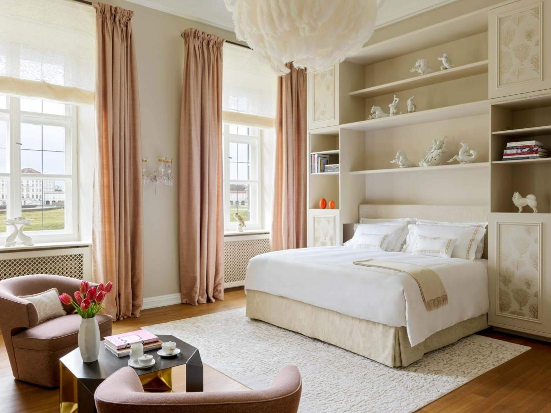 Jeux de textures dans les chambres avec tissus aux couleurs vives, tapis en peluche et élégantes couvertures en cachemire