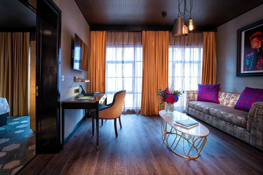 Un vocabulaire masculin et du monde de la nuit est utilisé dans les Shoreditch Suite avec parquet massif, briques apparentes et sofas Chesterfield.