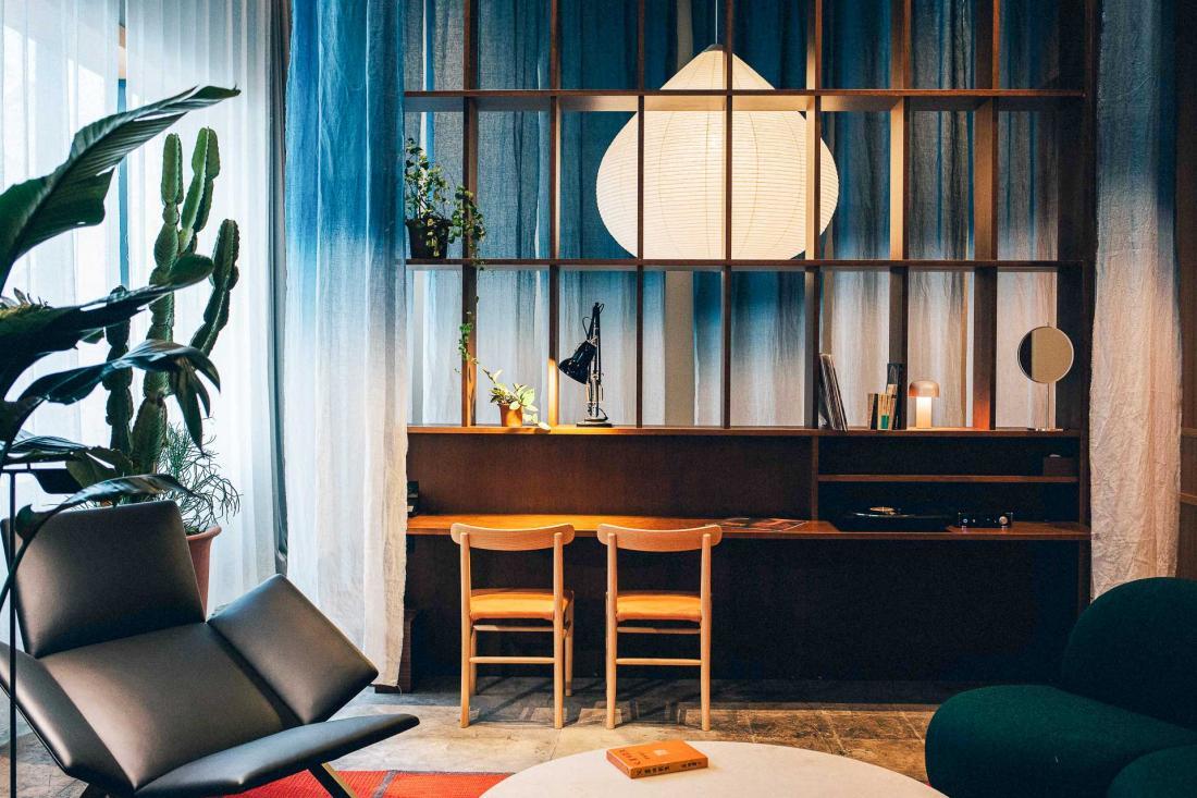 Les canapés sur mesure rembourrés en textiles Kvadrat soulignent les variations entre les sensibilités scandinaves et japonaises, propres au design du K5