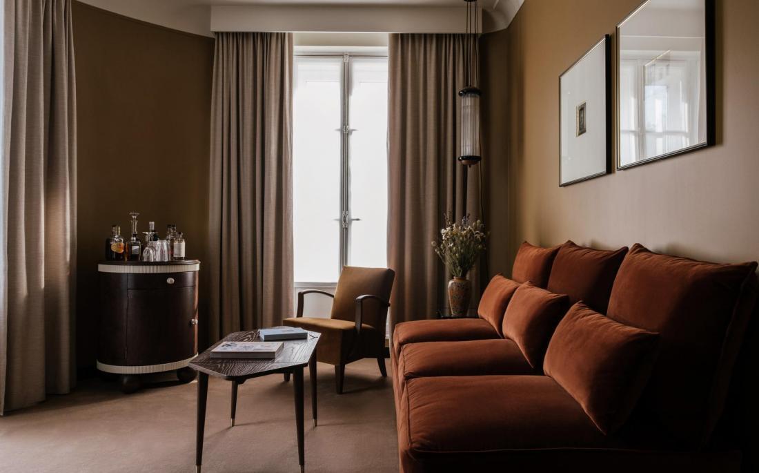 Grands canapés, méridiennes ou fauteuils, moquette au sol rendent les chambres cosy à souhait