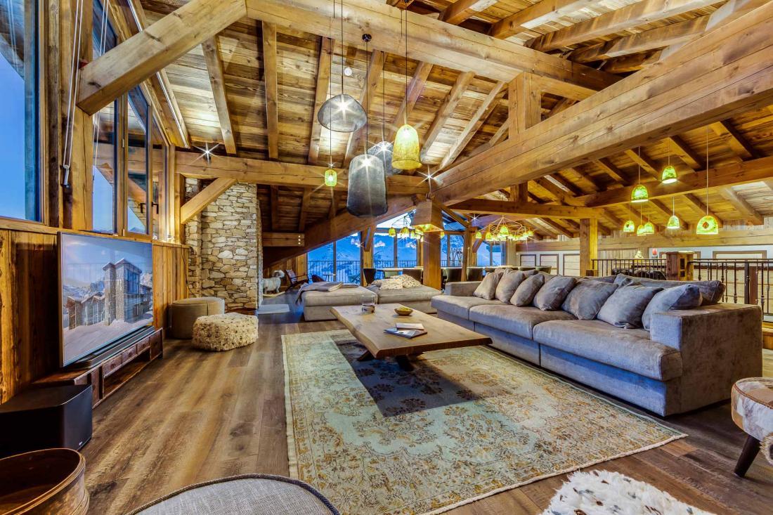 L'appartement Charter, à la décoration alpine chaleureuse à base de matériaux locaux, de vieux bois et de pierres