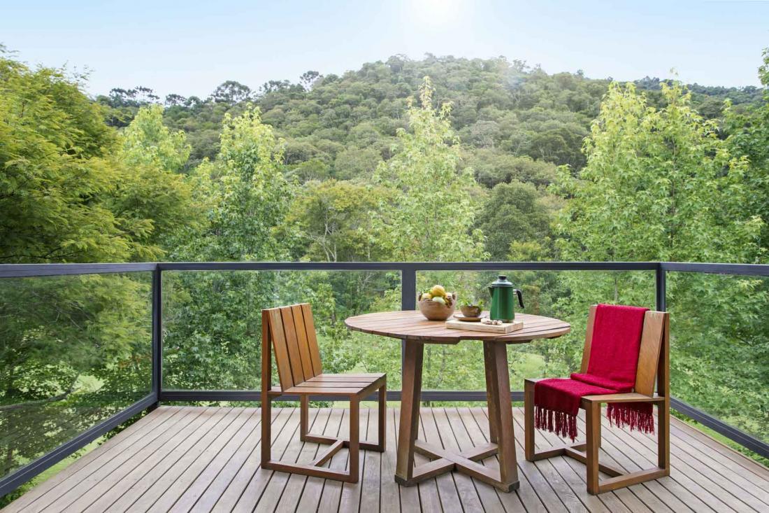 L'immersion dans la nature est totale avec des terrasses qui renforcent le sentiment d'intérieur-extérieur
