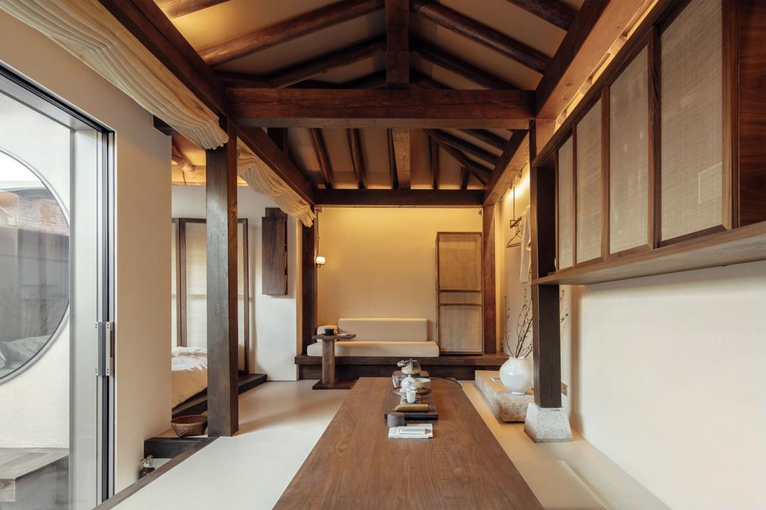 La structure en bois du hanok traditionnel confère calme et chaleur à la chambre