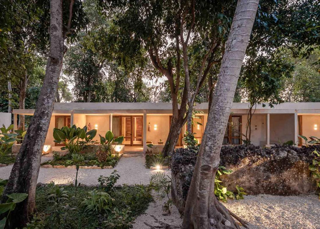 Les 8 chambres contemporaine entourées d'un jardin tropical