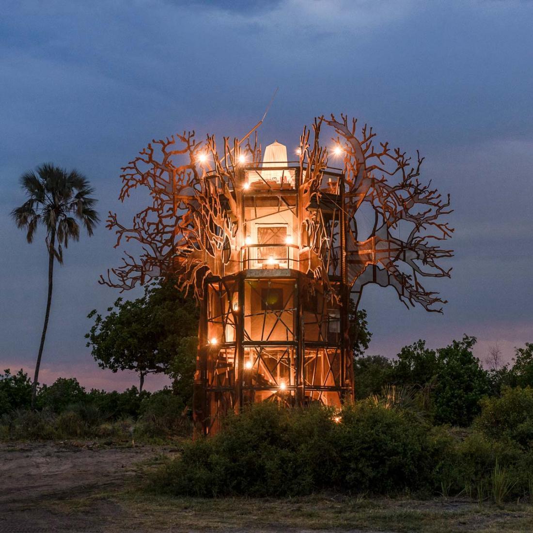 Le baobab en acier de trois étage, éloigné du camp, pour une vraie immersion