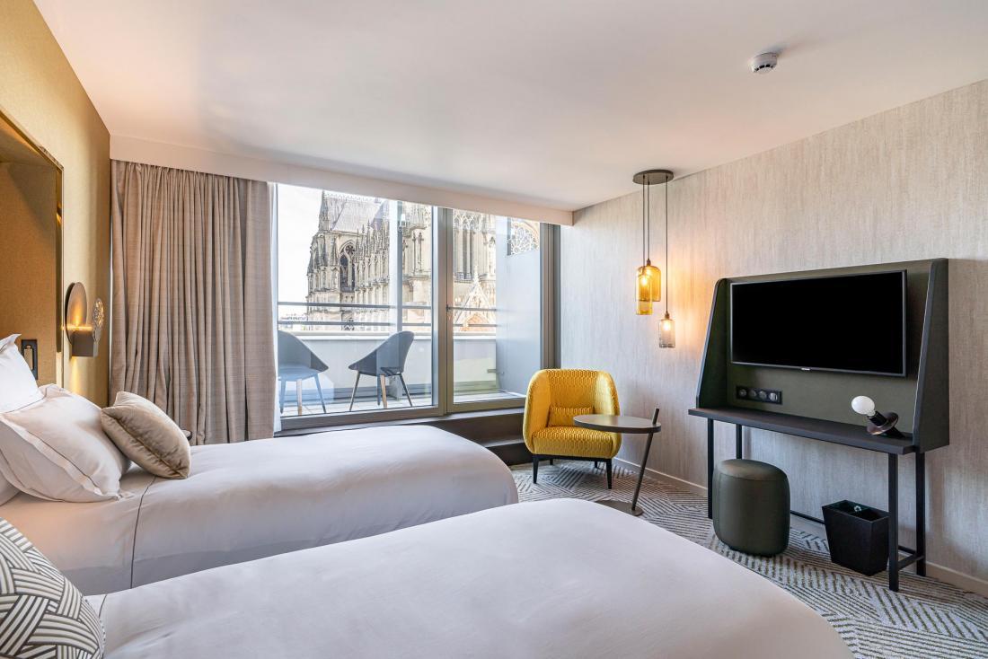 La palette de couleurs or, beige et gris rend les chambres cosy.