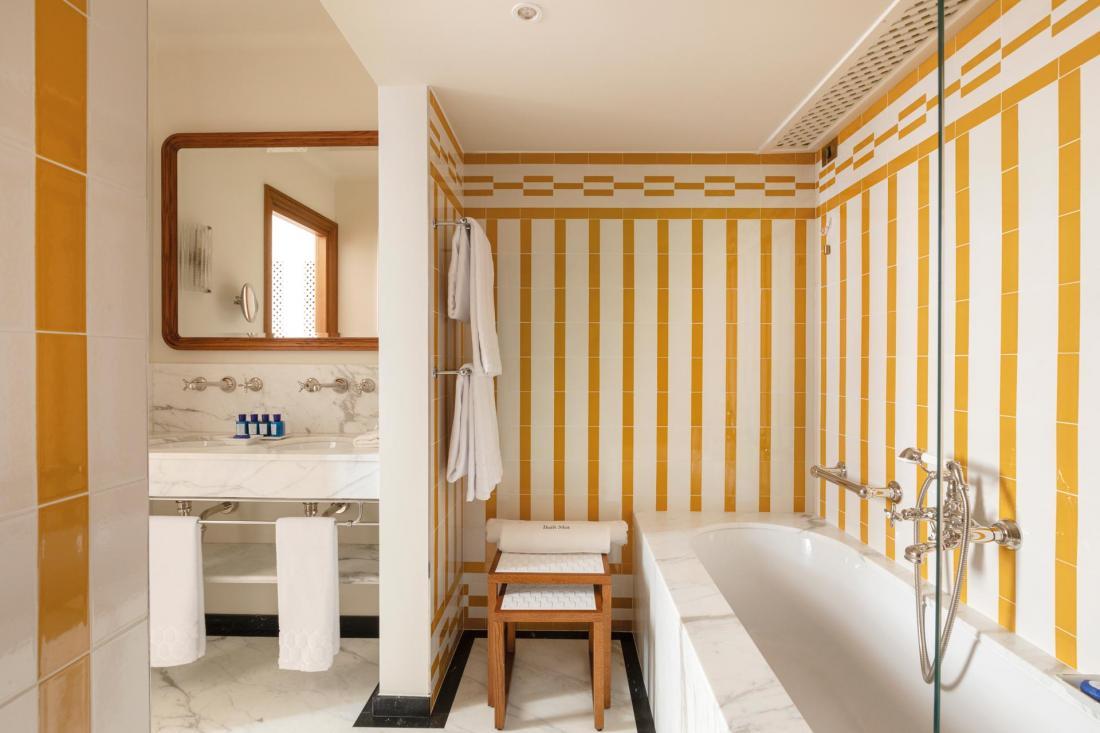 Les motifs des salles de bain s'inspirent des cabines de plage de la station balnéaire de Santa Margherita