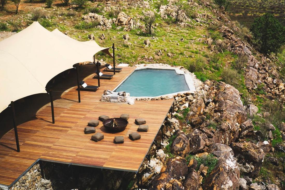 Les espaces communs avec le lobby, la piscine et le brasero