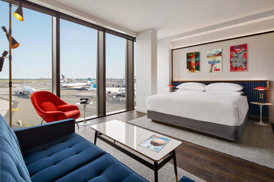 La Executive King Suite avec vue sur les pistes est meublée du mobilier d'Eero Saarinen.