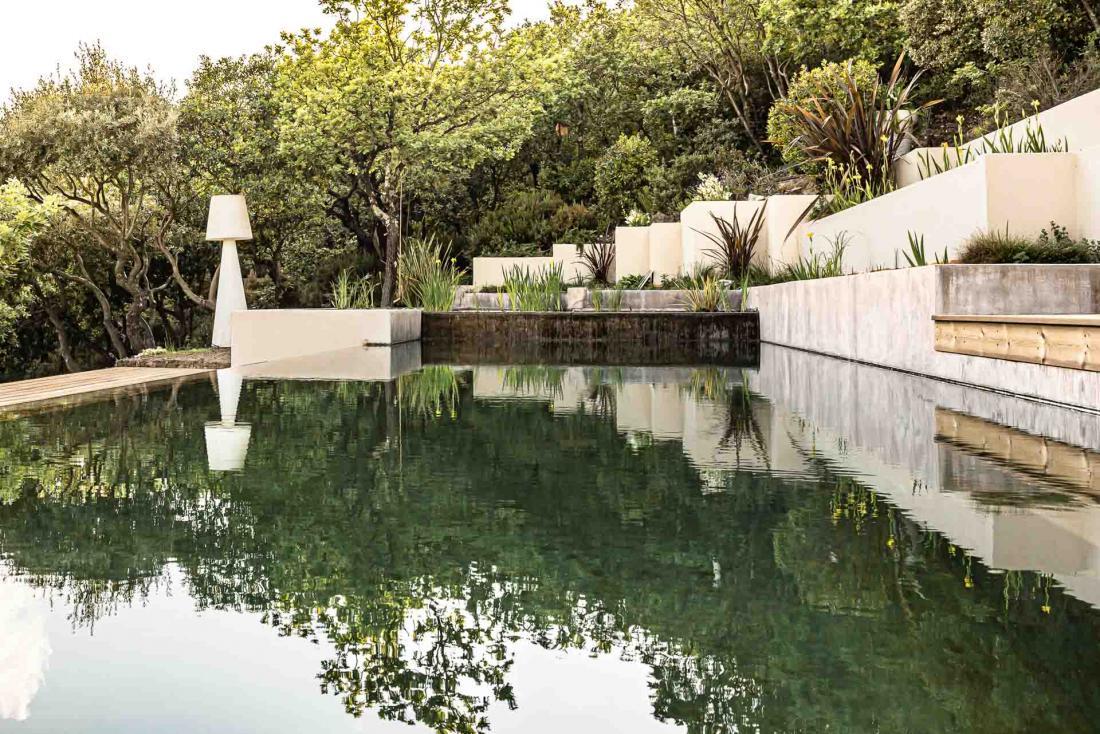 Les deux lodges ont accès à une piscine naturelle traitée par des plantes purifiantes