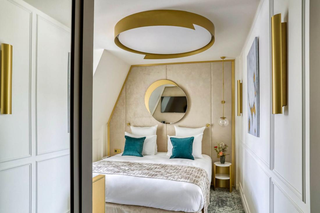 La chambre mansardée 503, un cocon sous les toits au mobilier doré tout en courbe