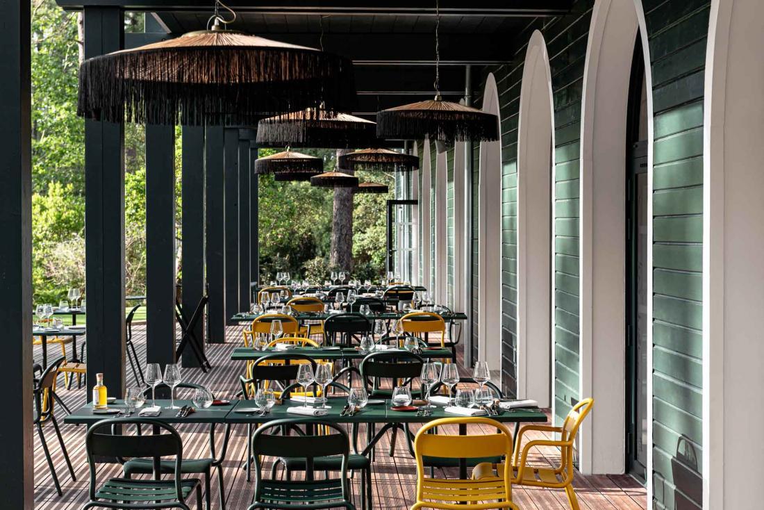 La terrasse du restaurant donne sur la forêt de pins et le golf