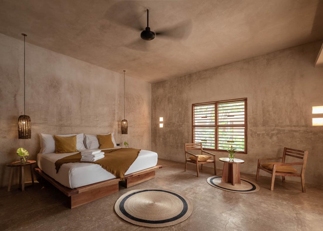 Chaque chambre possède une terrasse privée et est meublée d'artisanat local