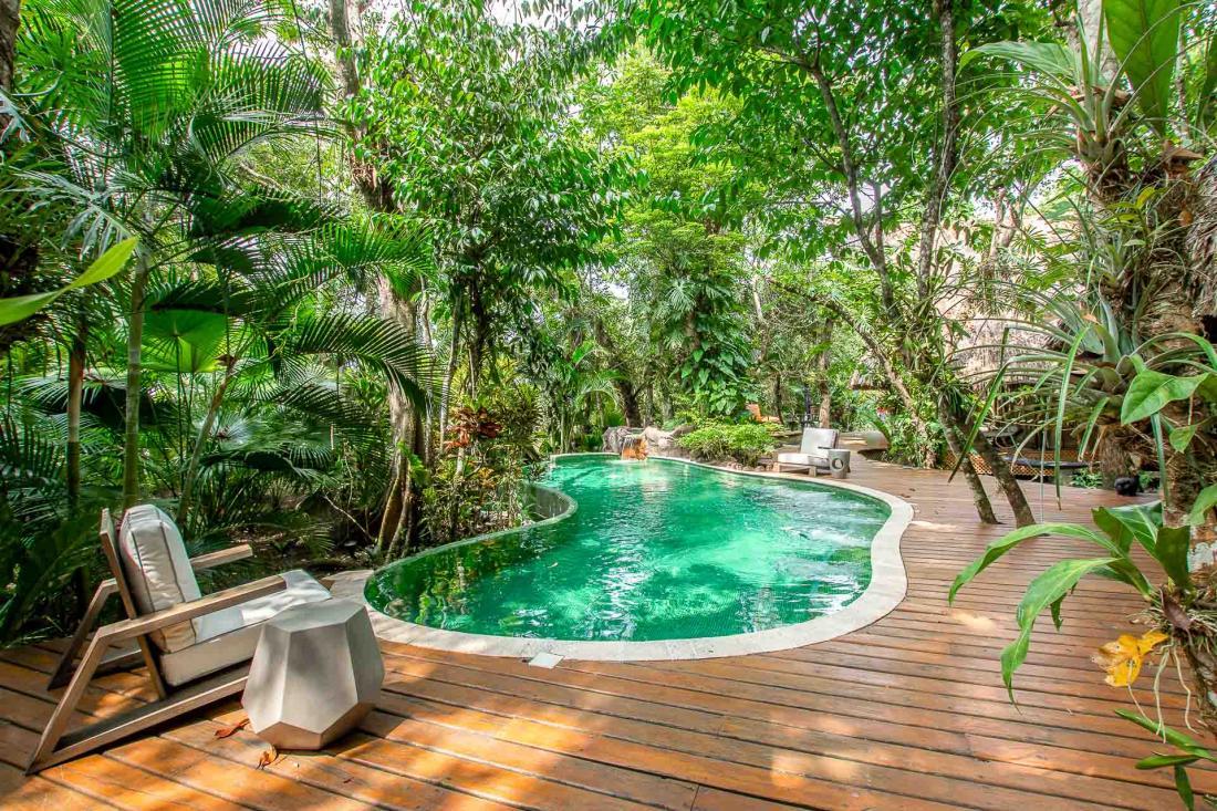 Les couleurs sont partout : le vert de la jungle, le turquoise de la piscine et du fleuve, les couleurs chaudes des maisons