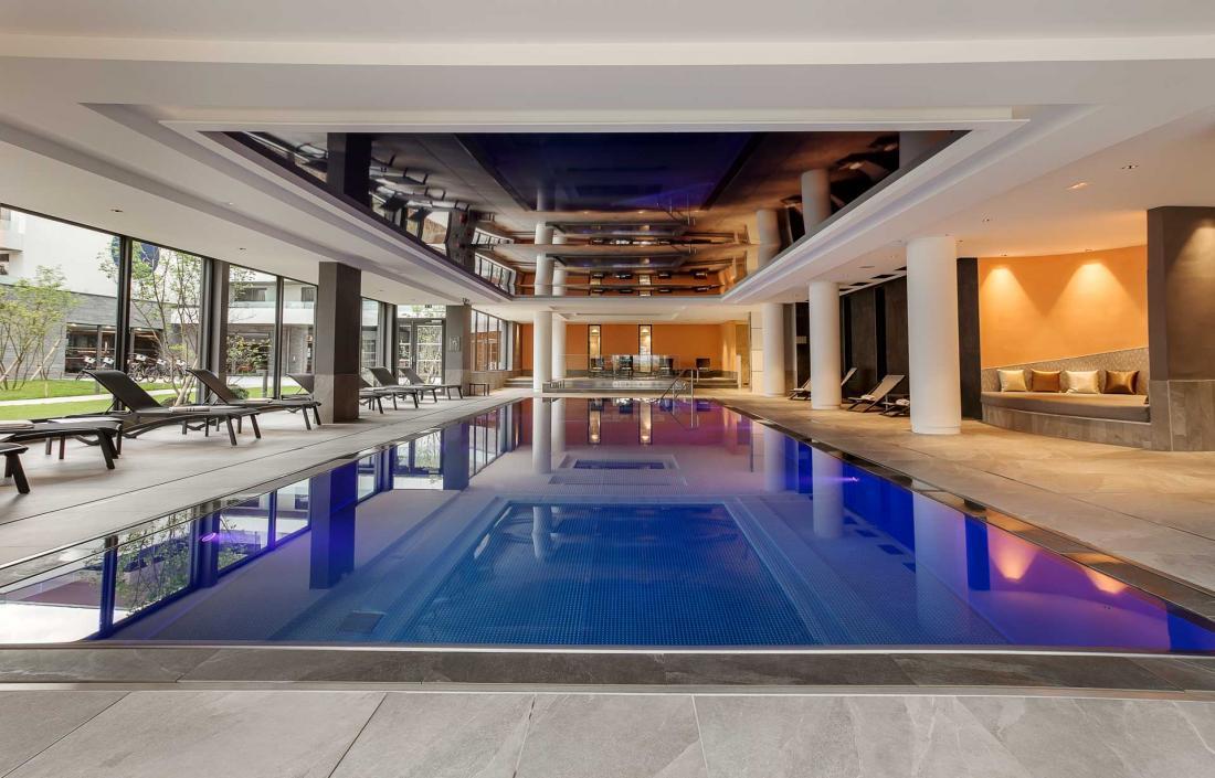 Au rez-de-chaussée, le spa de 1000 m2 avec une grande piscine chauffée