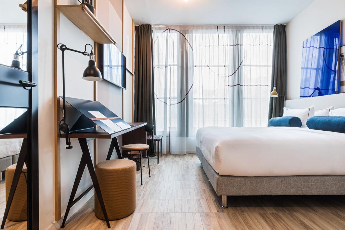 Toutes les chambres bénéficient de hauts volumes qui leur confèrent un esprit loft.