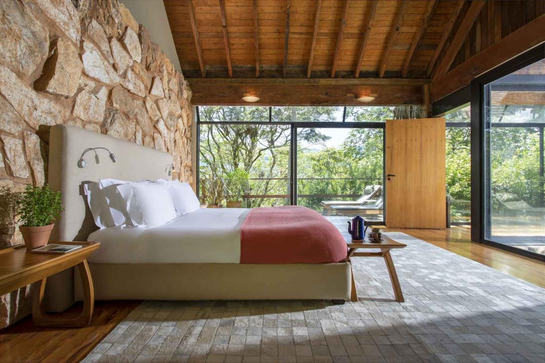 L'une des 13 villas privées et sa chambre avec la piscine au pied du lit