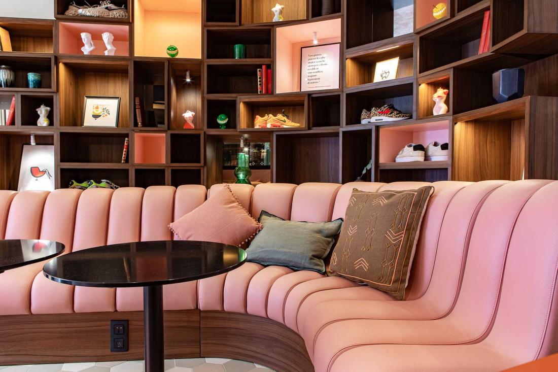 Le salon dans le lobby sert de vitrine et de boutique à des créateurs français